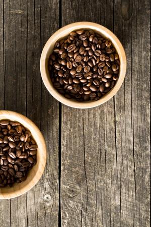 frescura: granos de café en un tazón de madera