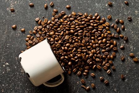 grano de cafe: los granos de café en la mesa de edad
