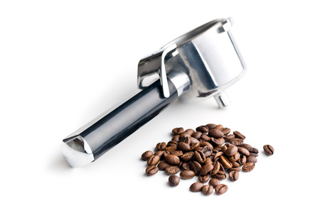 frijoles: granos de café y portafiltro en el fondo blanco Foto de archivo