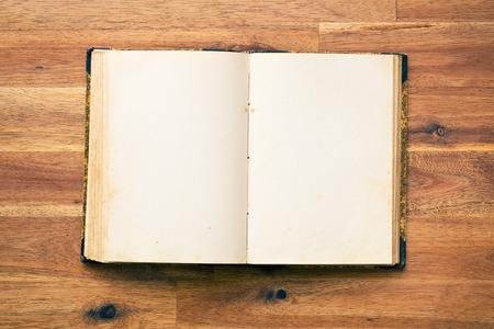 libro abierto: viejo libro abierto sobre el escritorio de madera