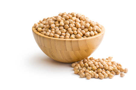 uncooked chickpeas in wooden bowl Standard-Bild
