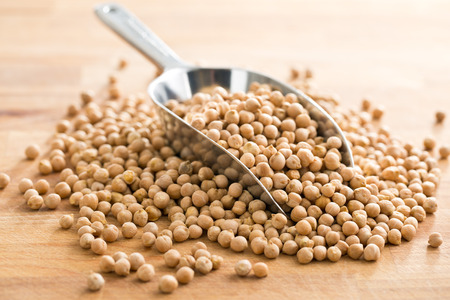 chickpeas: garbanzos crudos en cuchara de metal