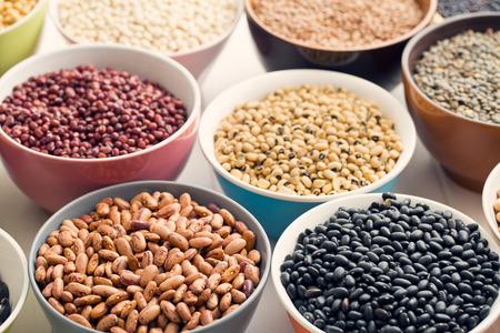 garbanzos: varias legumbres en diferentes cuencos