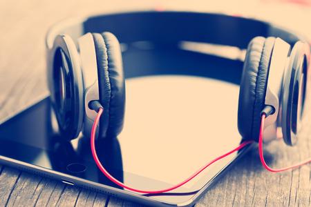 the headphones and computer tablet 版權商用圖片