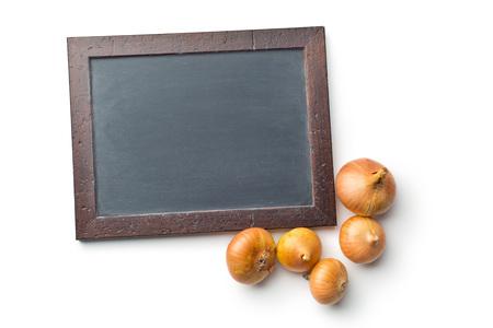 especias: pizarra y cebollas crudas en el fondo blanco