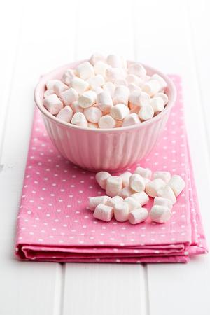 tabel: mini marshmallows in bowl on kitchen tabel