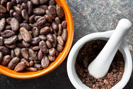 cacao beans: vista superior de los granos de cacao en un taz�n y mortero