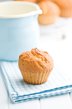 cuisine fond blanc: sweet muffins on white kitchen table