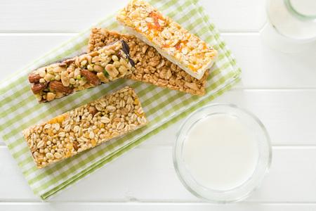 barra de cereal: barrita de muesli y leche en la mesa de la cocina