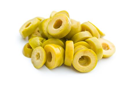 PICKLES: aceitunas verdes en rodajas en el fondo blanco Foto de archivo