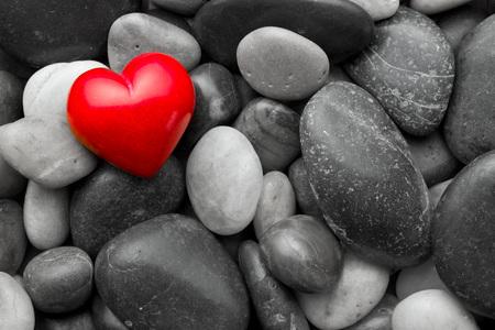 forme: coeur rouge en pierre sur d'autres pierres