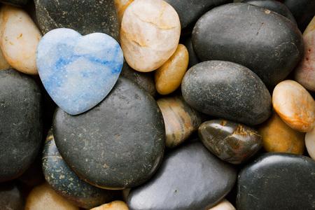 stenen hart liggend op andere stenen