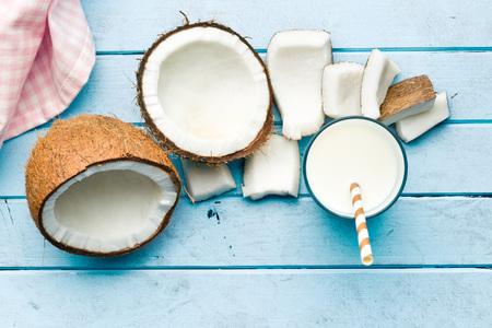 부엌 테이블에 코코넛 우유