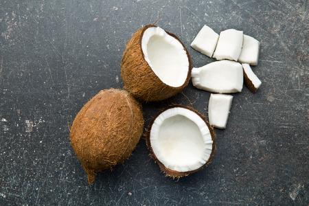 Bovenaanzicht van gehalveerde en gehele kokosnoot Stockfoto