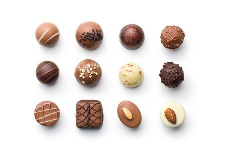 caramelos: vista desde arriba de bombones de chocolate Vaus en el fondo blanco Foto de archivo