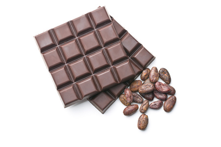 dark chocolate bars and cocoa beans on white background Imagens
