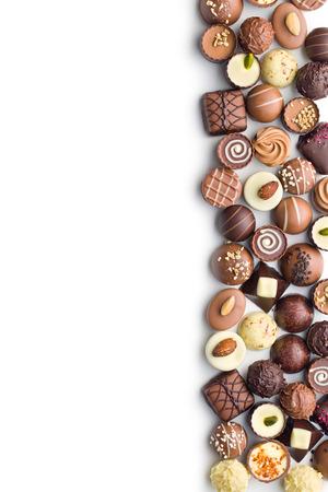 verschillende chocolade pralines op een witte achtergrond Stockfoto