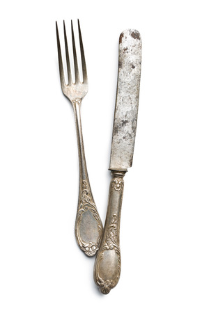 cuchillo: cuchillo y tenedor de época antigua en el fondo blanco