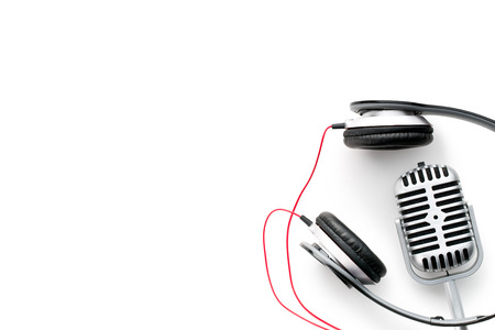 the classic vintage silver microphone and headphones Banque d'images