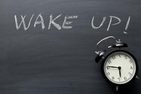 despertarse: Despertarse. El reloj de alarma en la pizarra.
