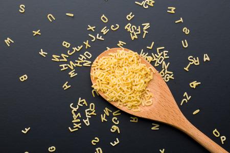 pasta: Pastas del alfabeto en cuchara de madera