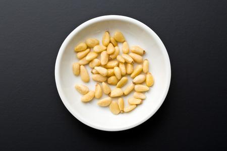 pinoli: pinoli in una ciotola bianca