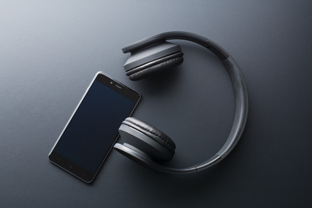 the cellphone and wireless headphones Banque d'images