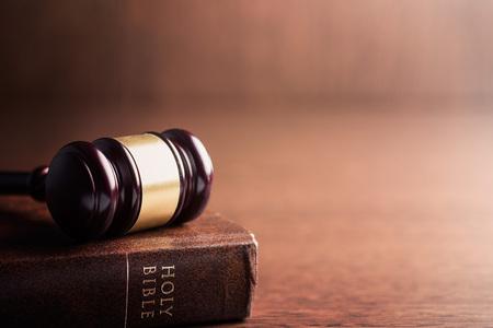 młotek sędzia i pismo święte