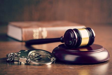 the judge gavel and handcuffs Archivio Fotografico