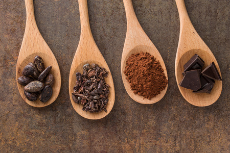 the cocoa and dark chocolate in wooden spoons Stockfoto
