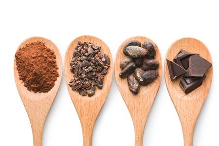 ココアと白い背景の上の木製のスプーンでダーク チョコレート