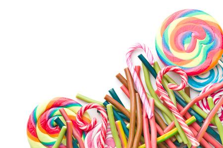 paleta de caramelo: Dulces diferentes. palos gomosos y varios piruletas aislados sobre fondo blanco. Vista superior. Foto de archivo