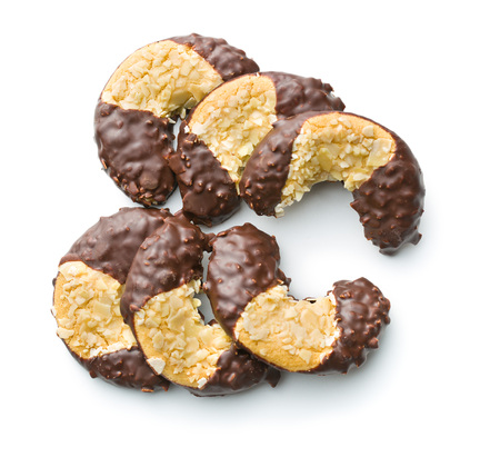 galletas: Postre dulce. Galletas con glaseado de chocolate aisladas sobre fondo blanco.