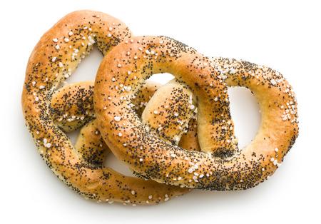 sal: sabrosa pretzel con sal aislado en el fondo blanco Foto de archivo