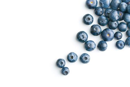 Leckere Blaubeeren auf weißem Hintergrund. Heidelbeeren sind Antioxidans organische Supernahrungsmittel. Standard-Bild