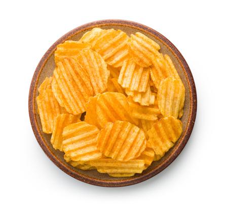 Crinkle tagliato patatine fritte isolato su sfondo bianco. Gustosi patatine piccanti sulla piastra.