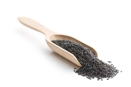 黒ゴマ。白い背景で隔離のスクープで健康的な胡麻。