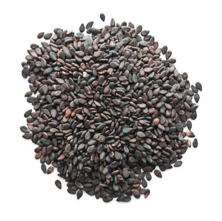 ajonjoli: Semillas de sésamo negro. semillas de sésamo saludables aisladas sobre fondo blanco. Vista superior. Foto de archivo