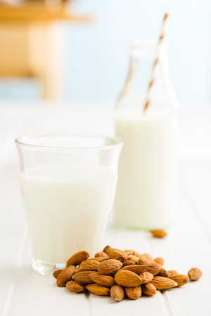 le lait et les amandes Almond. lait savoureux dans le verre. Banque d'images