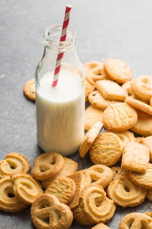 galletas: galletas dulces de mantequilla y leche sanos y frescos en botella de vidrio.