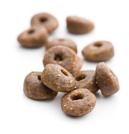 treats: La comida seca de perro croquetas aislado sobre fondo blanco.