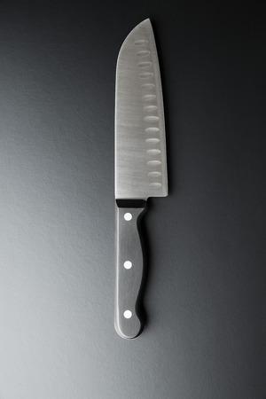 cuchillo de cocina: El cuchillo de cocina en el fondo negro.