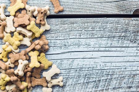 galletas: comida para perros la forma de los huesos en la vieja mesa de madera. Vista superior.