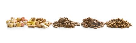 aliments pour chiens différents isolé sur fond blanc.