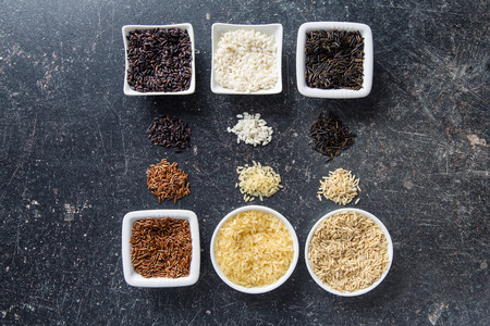 arroz blanco: Las diferentes variedades de arroz. Vista superior. Foto de archivo