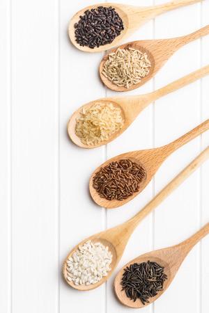 arroz blanco: Las diferentes variedades de arroz en la mesa de la cocina. Vista superior.