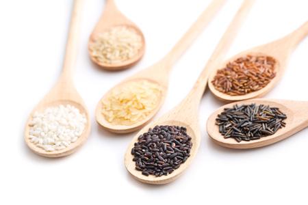 Las diferentes variedades de arroz en cucharas de madera aisladas sobre fondo blanco. Foto de archivo - 62916838
