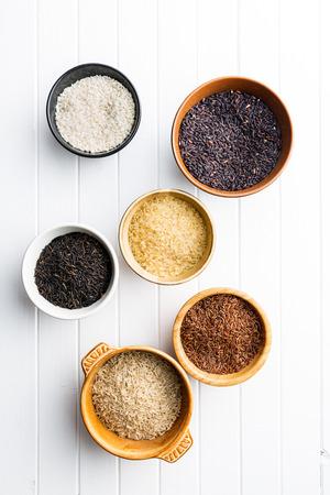 arroz blanco: Las diferentes variedades de arroz en un tazón. Vista superior.