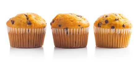 Die leckeren Muffins mit Schokolade isoliert auf weißem Hintergrund.
