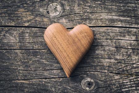 Handgemaakte houten hart op houten tafel. Bovenaanzicht.